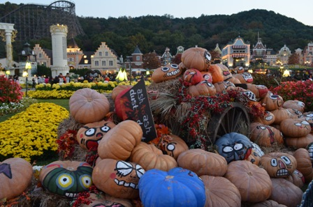 Halloween Korea Everland pile of pumpkins