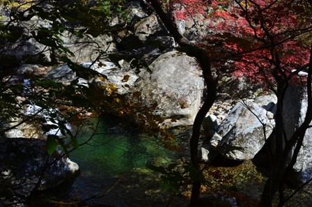 Piagol Valley river pool with red foliage
